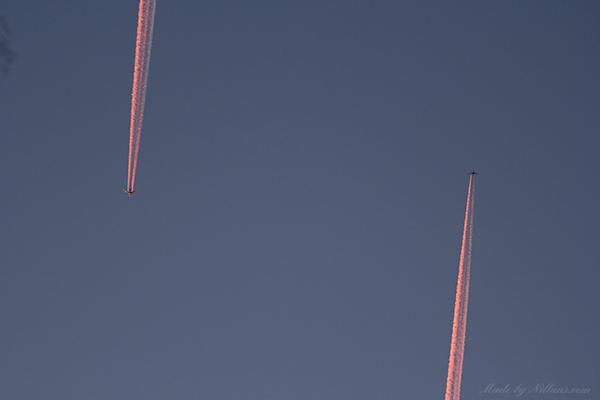 Kollisionskurs? Norrgående flyg hade iaf en mkt kringlande/svajande röklinje som om det väjt undan så där i sista minuten.