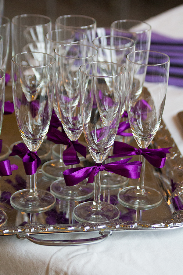 Jodå det blev foto på glasen - utan Alfred ;) Lila glas för brudens sida...