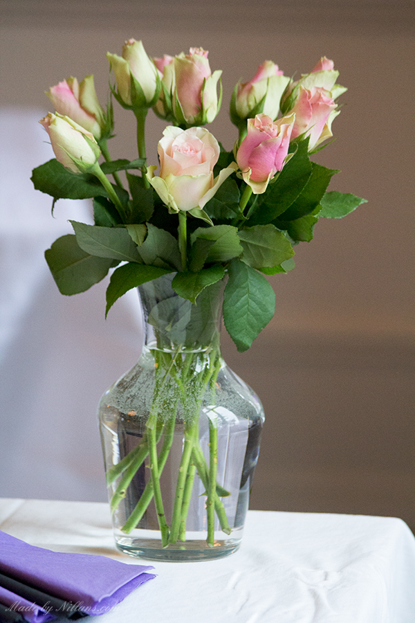 Vackra blommor på buffébordet.