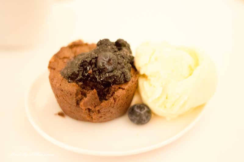 Chokladfondant med vaniljglass och blåbär